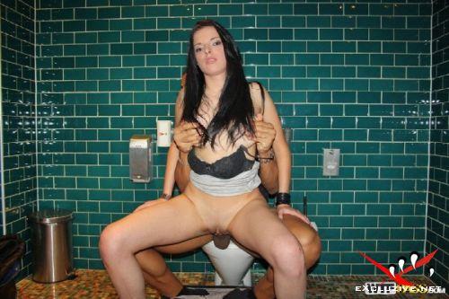 русскую шлюху в туалете